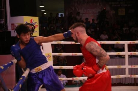 Tay dam Viet dung do nay lua voi vo si boxing den tu Tay Au - Anh 1