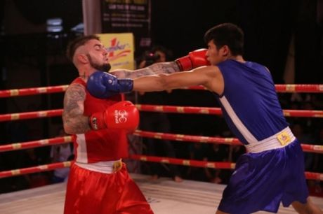 Tay dam Viet dung do nay lua voi vo si boxing den tu Tay Au - Anh 2