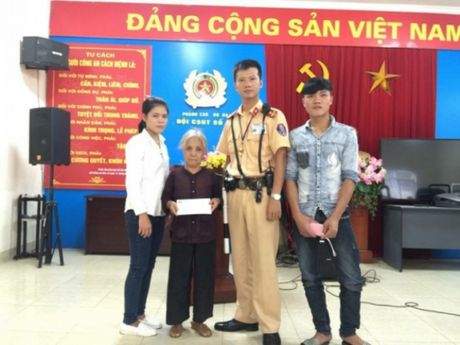 Doi CSGT so 4 tan tinh giup do cu gia di lac tu Thanh Hoa ra Ha Noi - Anh 2