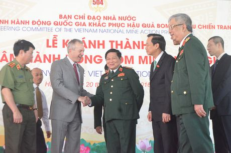 Trung tam khac phuc bom min hon 400 ti dong di vao hoat dong - Anh 3