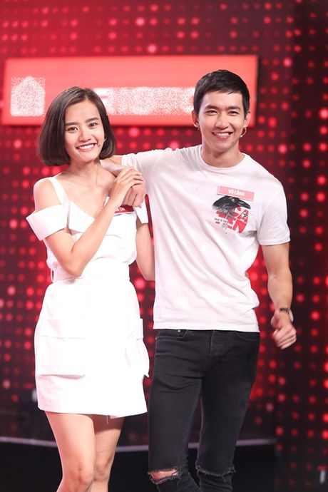 Chung Huyen Thanh cong khai hon ban trai tren song truyen hinh - Anh 7