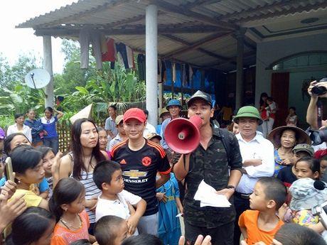 MC Phan Anh tang qua va noi chuyen voi nguoi dan vung lu Huong Khe - Anh 1
