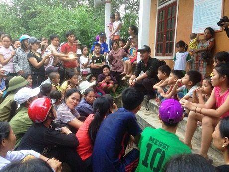 MC Phan Anh tang qua va noi chuyen voi nguoi dan vung lu Huong Khe - Anh 2