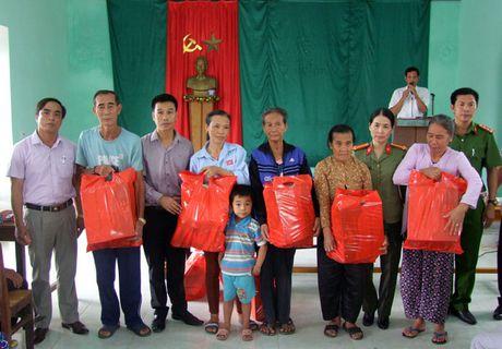 Bao CAND va Cong ty Duy Loi tiep tuc ung ho dong bao vung bao lu Quang Binh - Anh 6