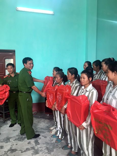 Tang qua pham nhan nu ngay Phu nu Viet Nam - Anh 2