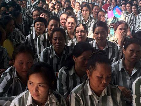 Tang qua pham nhan nu ngay Phu nu Viet Nam - Anh 4
