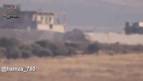 Xe tang T-72 Syria vo hieu hoa 2 qua ten lua TOW cua quan noi day - Anh 1