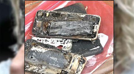 iPhone 7 bat lua va phat no tren xe hoi - Anh 1