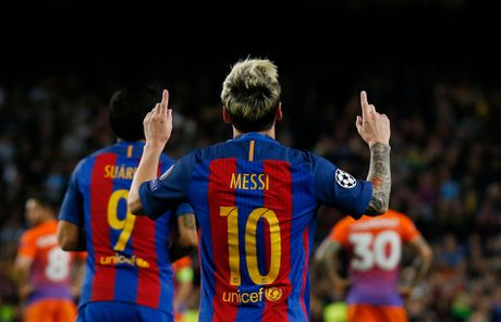 Messi loai bo doi thu truyen kiep CR7 tren dau truong Champions League - Anh 3