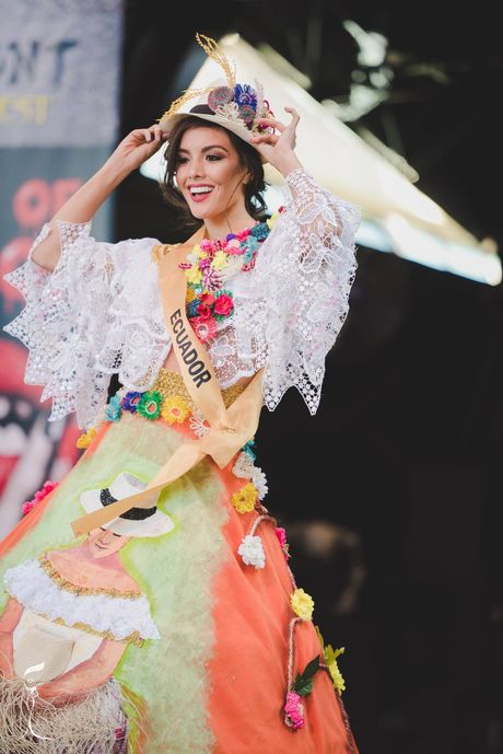 Nguyen Thi Loan lot top 10 trang phuc dan toc dep nhat Miss Grand International 2016 - Anh 9