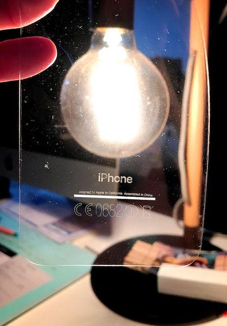 Chu tren iPhone 7 Jet Black bi dinh theo lop dan bao ve - Anh 1