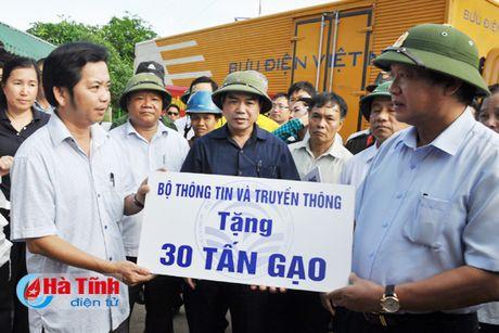 Bo truong Bo TT&TT tham hoi, trao qua ho tro nguoi dan vung lu - Anh 3