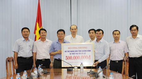 Bo Cong Thuong trao 500 trieu dong cho tinh Quang Binh - Anh 1