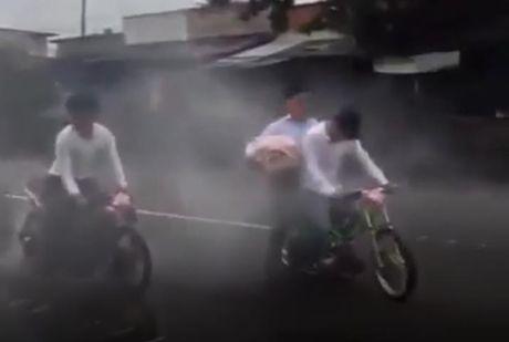 Bat binh voi chu re cung dan xe 'cop' gay nao loan duong pho - Anh 1