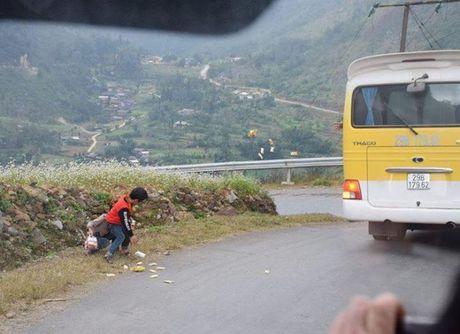 Nem qua qua cua xe dang chay cho tre em vung cao: Hanh dong vo y hay chi la su bo thi - Anh 1