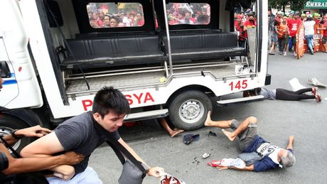 Philippines dinh chi cong tac hang chuc canh sat dan ap nguoi bieu tinh - Anh 1
