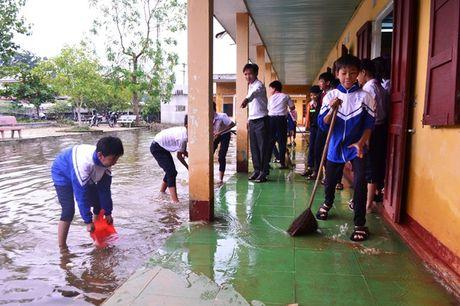 Quang Tri: Hoc sinh vung ngap lut tro lai truong - Anh 1