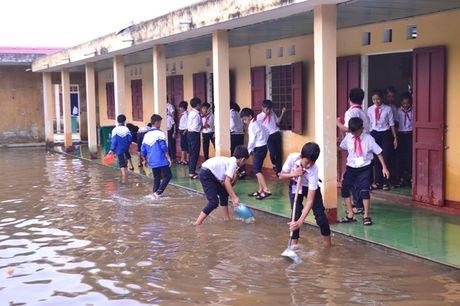 Quang Tri: Hoc sinh vung ngap lut tro lai truong - Anh 5