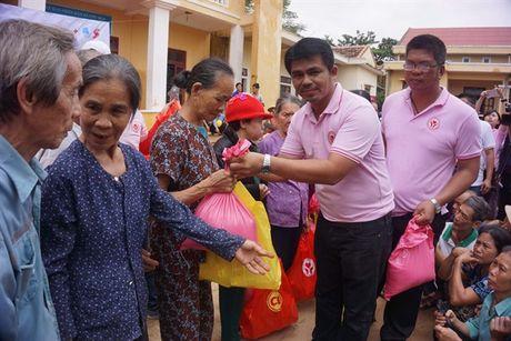 C.P Viet Nam ho tro 1.000 phan qua giup dong bao vung lu Quang Binh - Anh 1