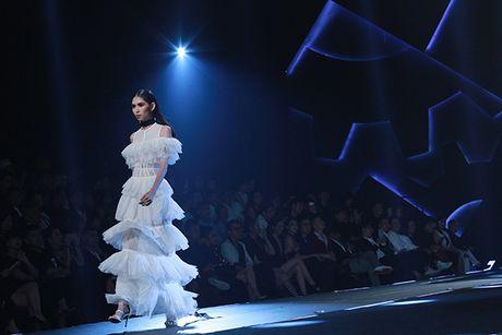 Hoa hau My Linh lam vedette trong show thoi trang cua Chung Thanh Phong - Anh 12