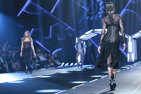 Hoa hau My Linh lam vedette trong show thoi trang cua Chung Thanh Phong - Anh 5