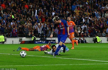 Barcelona 4-0 Man City: Messi lap hat-trick, Bravo mac sai lam te hai, Pep bat luc - Anh 1