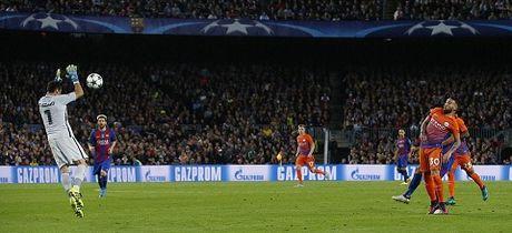Barcelona 4-0 Man City: Messi lap hat-trick, Bravo mac sai lam te hai, Pep bat luc - Anh 2