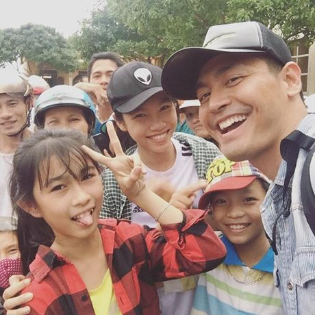 MC Phan Anh trao gan 4.000 phan qua cho dong bao mien Trung - Anh 1