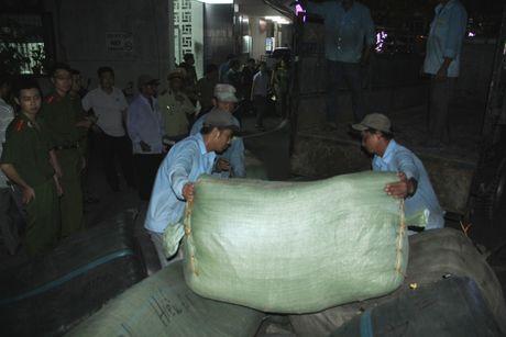Bat giu 40 tan hang lau tai ga Da Nang - Anh 1