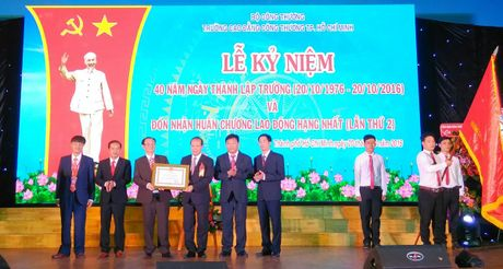 Truong CD Cong Thuong TP HCM don nhan Huan chuong Lao dong hang Nhat - Anh 1