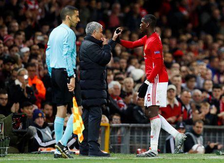 Pogba lap cu dup, Mourinho cuoi vao mat truyen thong - Anh 2
