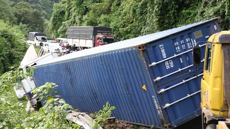 Xe Container tong truc dien o to 7 cho tren deo Bao Loc - Anh 2