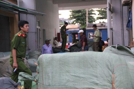 Da Nang: Phat hien gan 40 tan hang lau van chuyen tren tau - Anh 1