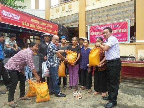 Bao DS&PL tai mien Trung trao 500 suat qua cho nguoi dan Ba Don - Anh 1