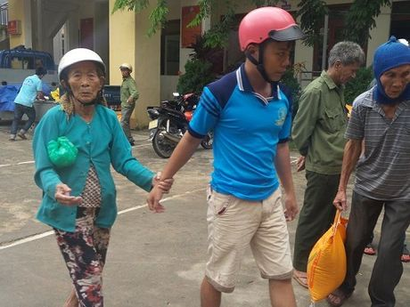 Bao DS&PL tai mien Trung trao 500 suat qua cho nguoi dan Ba Don - Anh 2