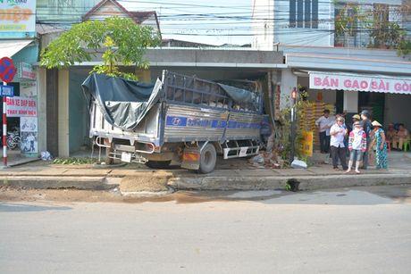 Quang Nam: Xe tai mat lai, lao thang vao nha dan - Anh 2