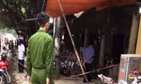 Cong an dang truy bat doi tuong chem 2 nguoi thuong vong tren ban nhau - Anh 1