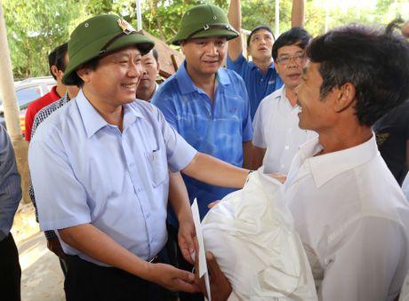 Bo Truong Bo TT&TT tham, tang qua ong Hoang Van Tam cuu song 15 nguoi trong lu - Anh 1