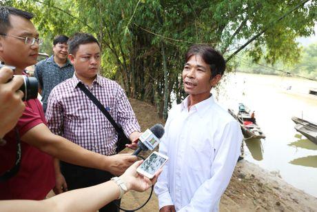Bo Truong Bo TT&TT tham, tang qua ong Hoang Van Tam cuu song 15 nguoi trong lu - Anh 3