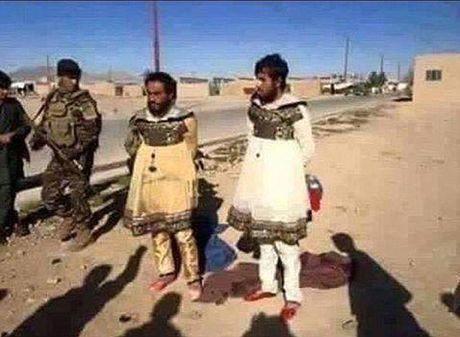 Tay sung IS cai trang thanh phu nu de chay khoi Mosul - Anh 1