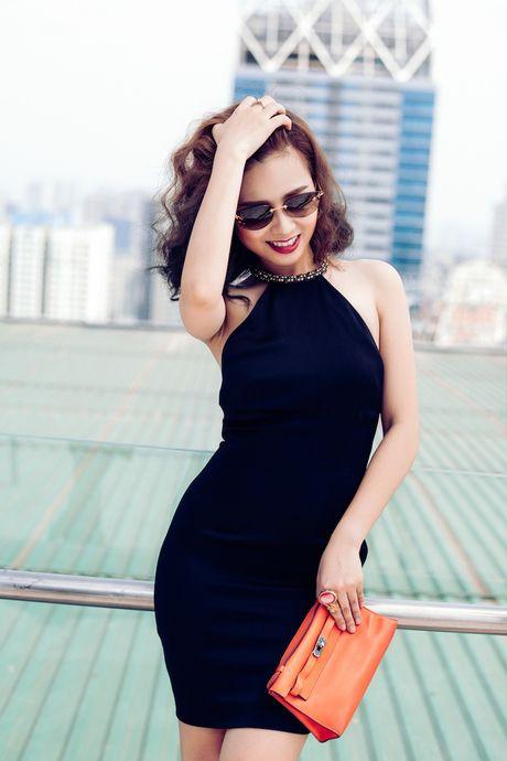 Duong Hoang Yen goi cam hut hon khi dien do hieu xuong pho dip 20/10 - Anh 4