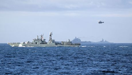 Khoi NATO len ruot, tung luc luong bam sat nhom tau san bay Nga - Anh 2