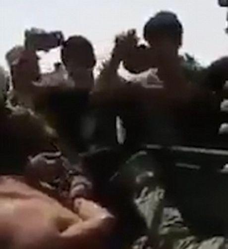 Binh si Iraq bi to tra tan dan thuong va tre em Mosul bang bua de tra dua IS - Anh 3