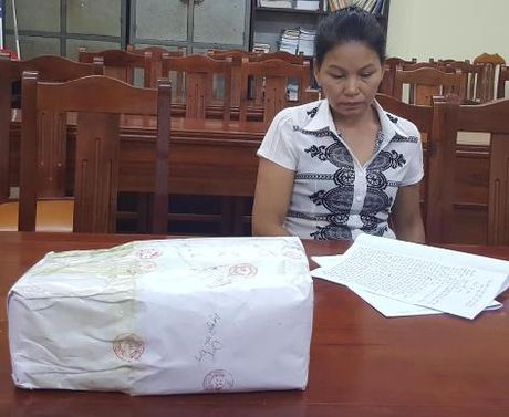 'Nu quai' van chuyen 10 banh heroin bi canh sat tom gon - Anh 1