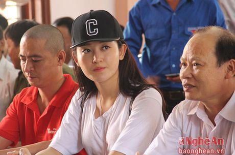 A hau Huyen My trao 50 trieu ho tro nguoi dan xa Hung Loi - Anh 1