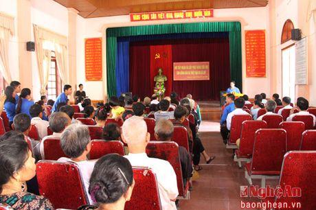 A hau Huyen My trao 50 trieu ho tro nguoi dan xa Hung Loi - Anh 2