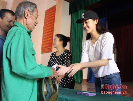A hau Huyen My trao 50 trieu ho tro nguoi dan xa Hung Loi - Anh 3