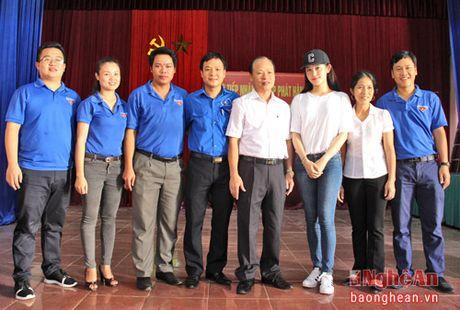 A hau Huyen My trao 50 trieu ho tro nguoi dan xa Hung Loi - Anh 7