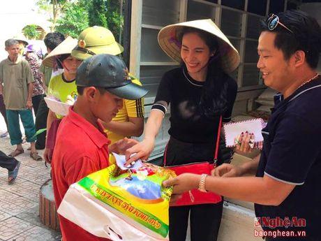 Vo cong Vinh tang qua nguoi dan vung lu - Anh 1