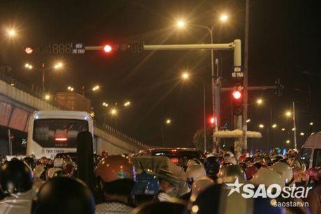 Tat nghen giao thong tren Xa Lo Ha Noi, hang tram phu nu met moi giua dong xe - Anh 9